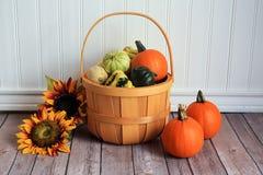 Cubo de madera de calabazas y de girasoles de la calabaza Imagen de archivo libre de regalías