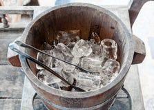 Cubo de madera del hielo imagenes de archivo
