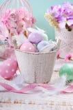 Cubo de madera viejo con los huevos y las plumas de Pascua Foto de archivo libre de regalías