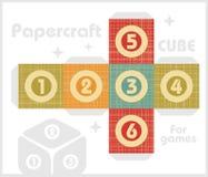 Cubo de papel para jogos de tabela no estilo retro. Fotos de Stock Royalty Free