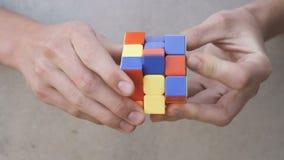 Cubo de Rubik's nas mãos vídeos de arquivo
