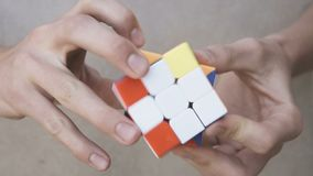 Cubo de Rubik's nas mãos filme