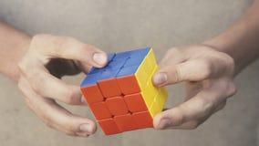 Cubo de Rubik's nas mãos video estoque