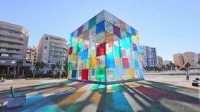Cubo de vidro colorido que é entrada ao Centre Pompidou em Malaga filme