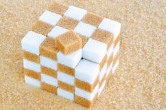 Cubo dei cubi dello zucchero bianco marrone e Fotografie Stock