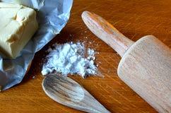 Cubo del azúcar de la mantequilla y de formación de hielo en la tabla de madera Fotografía de archivo libre de regalías