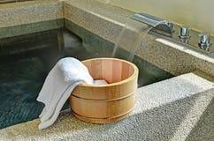 Cubo del baño con una toalla Fotos de archivo