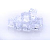 Cubo del hielo azul en un fondo blanco Imagenes de archivo