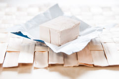 Cubo del lievito su carta da imballaggio fotografia stock libera da diritti