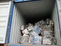 Cubo del residuo di metallo dentro il camion Immagine Stock