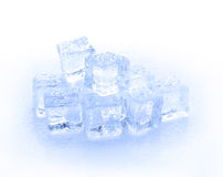 Cubo di ghiaccio blu isolato su un fondo bianco Fotografia Stock