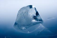 Cubo di ghiaccio di fusione Fotografie Stock Libere da Diritti