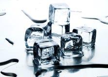 Cubo di ghiaccio di fusione Fotografie Stock