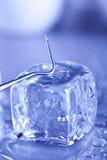 Cubo di ghiaccio e circostanze sterili immagini stock libere da diritti