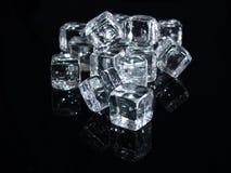 Cubo di ghiaccio nella priorità bassa nera fotografia stock