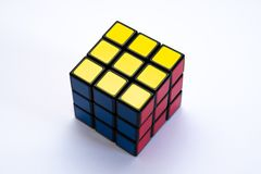 Cubo di Rubiks con i fronti gialli, rossi e blu fotografia stock libera da diritti
