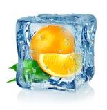 Cubo e laranja de gelo Fotos de Stock Royalty Free