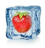 Cubo e morango de gelo fotografia de stock royalty free