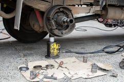 Cubo e rolamento de roda do caminhão da manutenção Fotografia de Stock