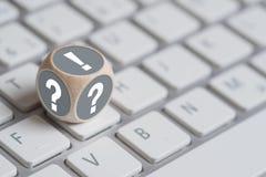 Cubo em um teclado com uma marca de exclamação na parte superior Foto de Stock Royalty Free