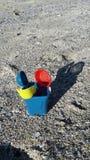 Cubo en arena de mar Imagen de archivo