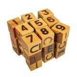 Cubo hecho de bloques de madera con números y letras Fotos de archivo