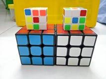 Cubo mágico do rubik de Fasionable - colorido fotografia de stock