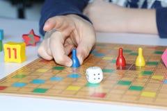 Cubo, microprocesadores, figuras de madera, un campo brillante para el juego imagen de archivo