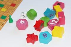 Cubo, microprocesadores, figuras de madera, un campo brillante para el juego imágenes de archivo libres de regalías