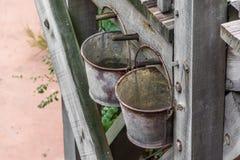Cubo oxidado dos en la pared Foto de archivo libre de regalías