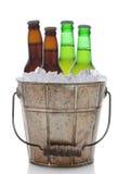 Cubo pasado de moda de la cerveza con cuatro botellas imagenes de archivo