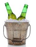 Cubo pasado de moda de la cerveza con dos botellas foto de archivo