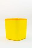 Cubo plástico amarillo Fotos de archivo