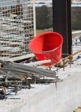 Cubo plástico en el emplazamiento de la obra durante el strik de la albañilería Fotografía de archivo