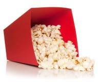 Cubo rojo con caídas palomitas Imagen de archivo libre de regalías