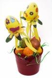 Cubo rojo con los huevos de Pascua pintados Imagen de archivo