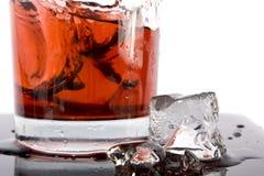 Cubo rosso di ghiaccio e del cocktail Fotografie Stock Libere da Diritti