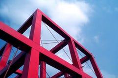 Cubo vermelho de encontro ao céu azul Fotos de Stock Royalty Free