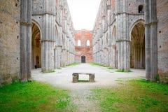 Cubo y altar de la abadía de San Galgano, la catedral famosa sin un tejado en Toscana cerca de Siena Imagen de archivo libre de regalías