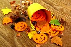 Cubo y decoración amarillos de Halloween Fotos de archivo libres de regalías
