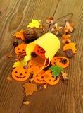 Cubo y decoración amarillos de Halloween Fotografía de archivo libre de regalías