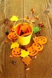 Cubo y decoración amarillos de Halloween, cierre para arriba Imagen de archivo