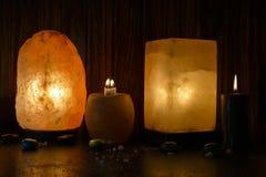 Cubo y lámpara natural de la sal | Sal Himalayan foto de archivo libre de regalías