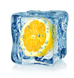 Cubo y limón de hielo Imágenes de archivo libres de regalías