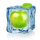 Cubo y manzana de hielo Foto de archivo libre de regalías