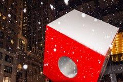 Cubo y nieve rojos Foto de archivo libre de regalías