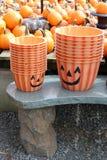 Cubos anaranjados lindos apilados y colocados en el banco de piedra para las celebraciones de Halloween fotografía de archivo
