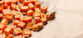 Cubos asados de la patata dulce en un papel de la hornada imágenes de archivo libres de regalías