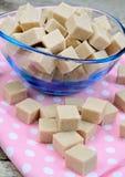 Cubos bege do açúcar em uma bacia transparente Fotos de Stock Royalty Free