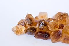 Cubos caramelizados do açúcar de bastão no branco Imagens de Stock Royalty Free